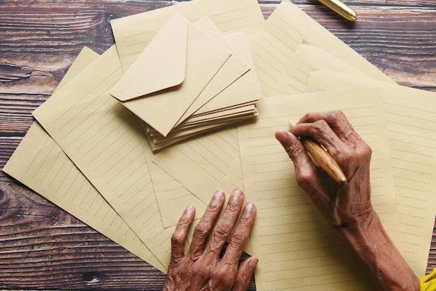 Starsze kobiety ręcznie piszące na starym papierze z wiecznym piórem