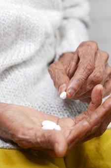 Starsze kobiety trzymają tabletkę medyczną