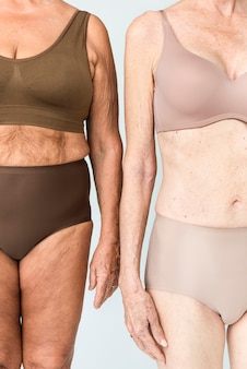 Starsze kobiety w brązowej i beżowej bieliźnie portret studyjny