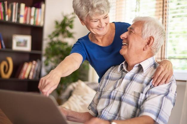 Starsze małżeństwo razem korzystające z laptopa