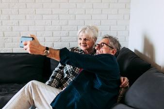 Starsze osoby dobierają się w emerytura domu bierze selfie