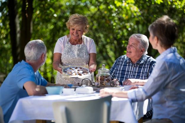 Starsze pary ma śniadanie w ogródzie