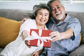 Starsze pary Niespodzianka i pudełko w salonie