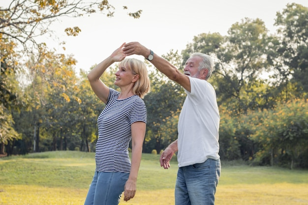 Starsze pary tańczą razem w parku.