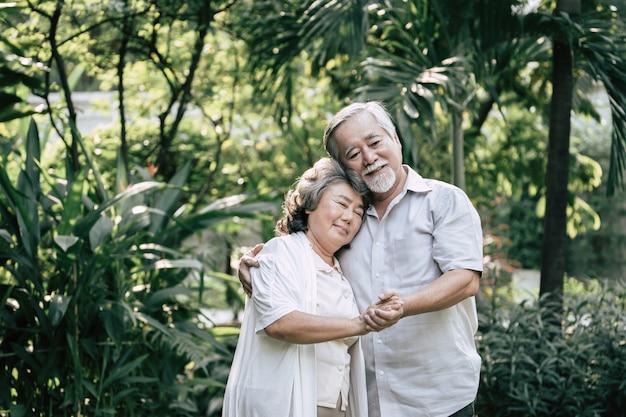 Starsze pary tańczą razem