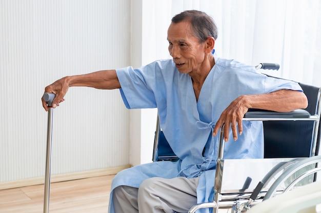 Starszego mężczyzna pacjent na jego wózku inwalidzkim w szpitalu.
