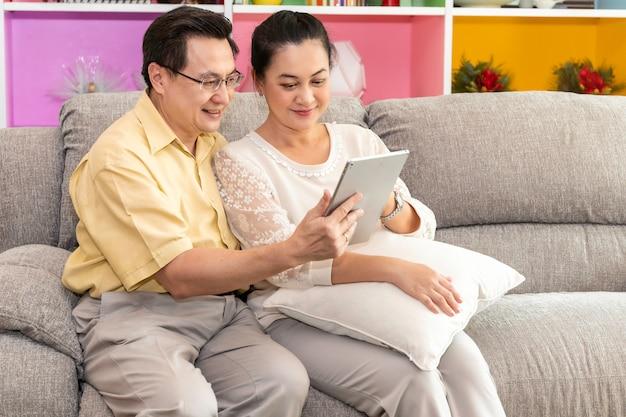 Starszej pary azjata przeszedł emeryturę przyglądającą pastylkę w domu opieki.