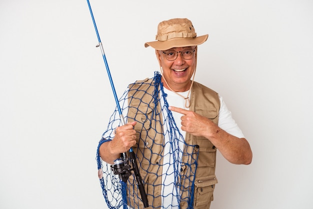 Starszy amerykański rybak trzymający sieć na białym tle