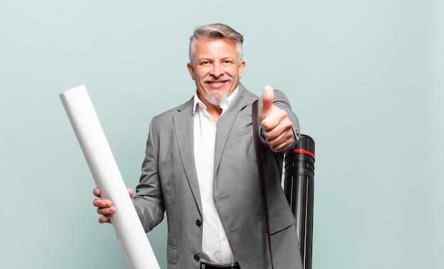Starszy architekt czujący się dumny, beztroski, pewny siebie i szczęśliwy, uśmiechnięty pozytywnie z kciukami w górę