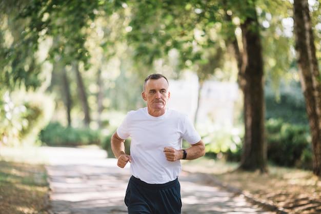 Starszy biegacz trenuje na świeżym powietrzu