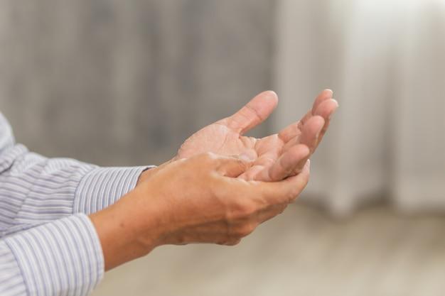 Starszy biurowy męski ręka masażu masaż w domu