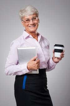 Starszy biznes kobieta ma przerwę w pracy
