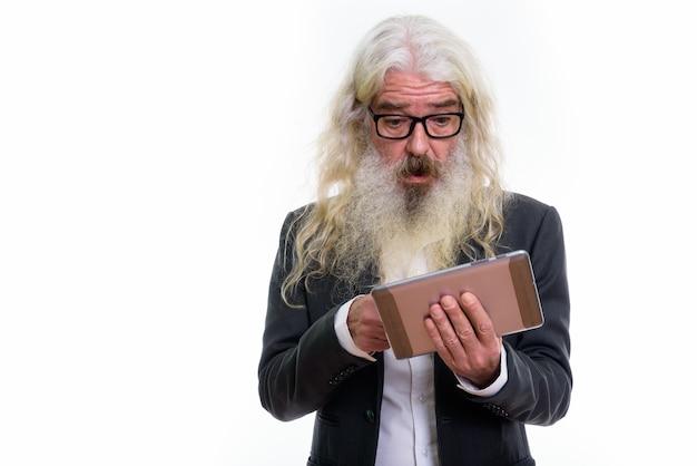 Starszy biznesmen brodaty za pomocą cyfrowego tabletu