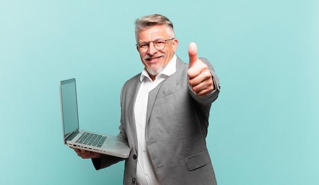 Starszy biznesmen czuje się dumny, beztroski, pewny siebie i szczęśliwy, uśmiechając się pozytywnie z kciukami w górę