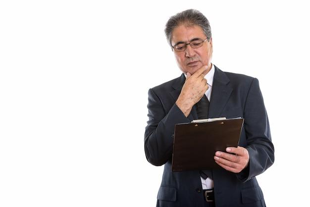 Starszy biznesmen perski czytanie w schowku