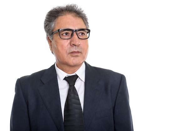 Starszy biznesmen perski noszenie okularów i patrząc na copyspace