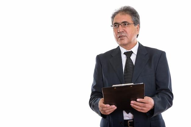 Starszy biznesmen perski trzymając schowek