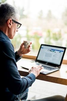 Starszy biznesmen pracuje w laptopie