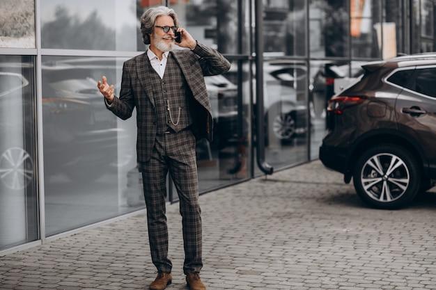 Starszy biznesmen rozmawia przez telefon