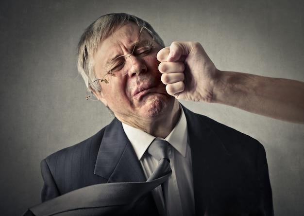 Starszy biznesmen uderzył pięścią w twarz