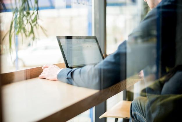 Starszy biznesmen z laptopem