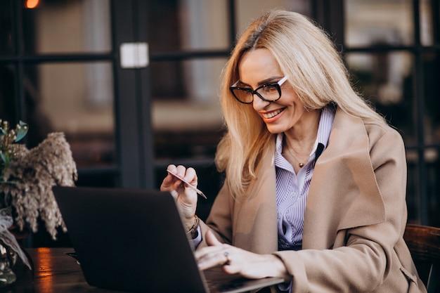 Starszy bizneswoman robi zakupy online używać komputer