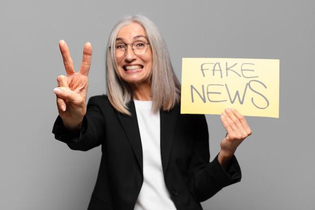 Starszy bizneswoman z sztandarem fałszywych wiadomości