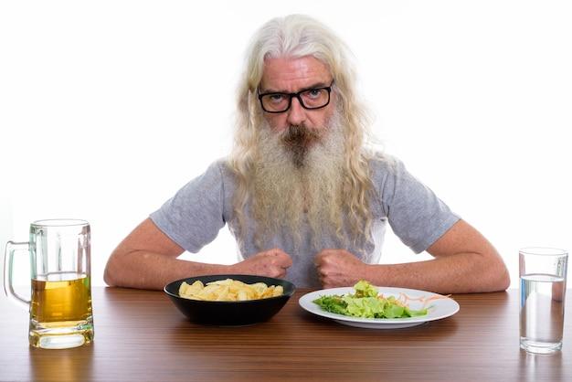 Starszy brodaty mężczyzna w okularach ze zdrowiem