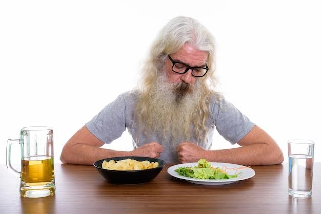 Starszy brodaty mężczyzna w okularach