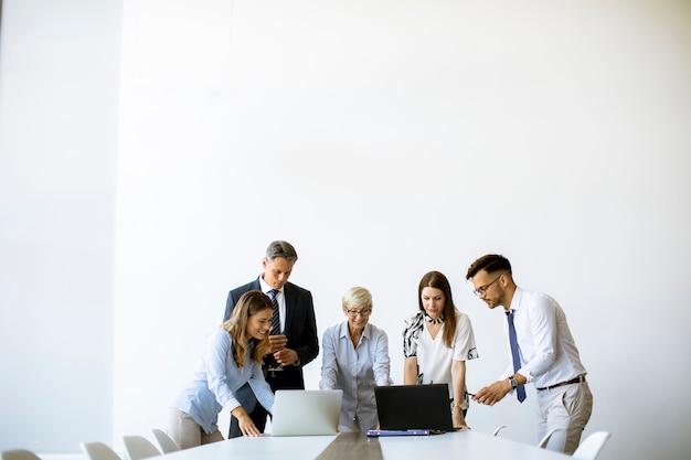 Starszy businesswoman współpracy z młodymi ludźmi biznesu w biurze