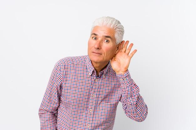 Starszy caucasian mężczyzna odizolowywał próbować słuchać plotki.