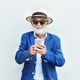 Starszy caucasian mężczyzna używa telefon komórkowego