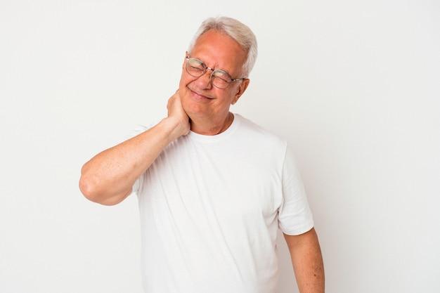 Starszy człowiek amerykański na białym tle o ból szyi z powodu stresu, masowania i dotykania go ręką.