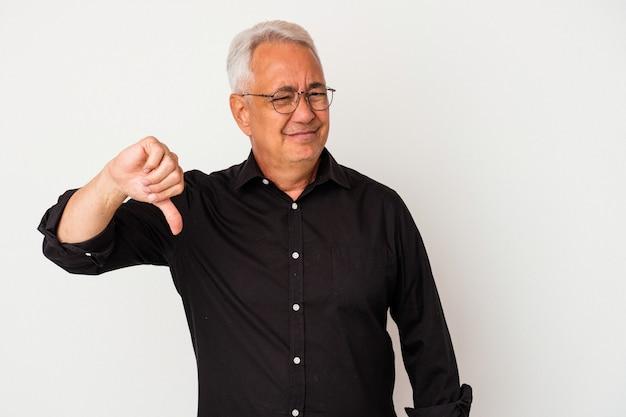 Starszy człowiek amerykański na białym tle pokazując kciuk w dół, koncepcja rozczarowanie.