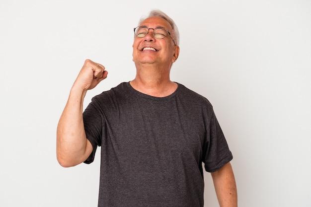 Starszy człowiek amerykański na białym tle świętuje zwycięstwo, pasję i entuzjazm, szczęśliwy wyraz.