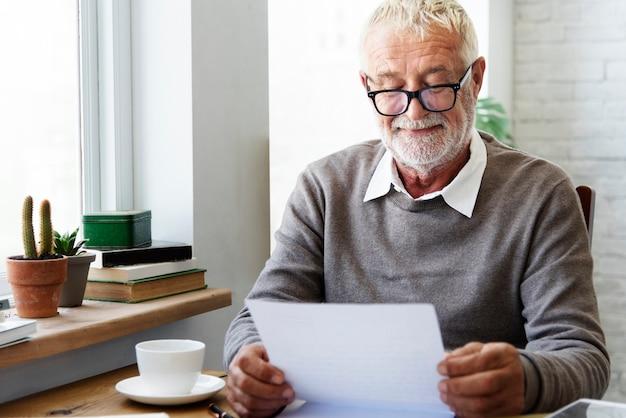 Starszy dorosły czytanie listu pocztówki pojęcie