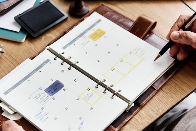 Starszy dorosły planowanie agendy kalendarza pojęcie