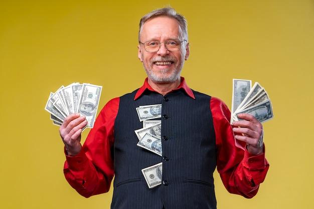Starszy facet wygrał na loterii, fan pieniędzy przy twarzy starego człowieka. szczęśliwy dzień. ludzkie emocje i mimika twarzy