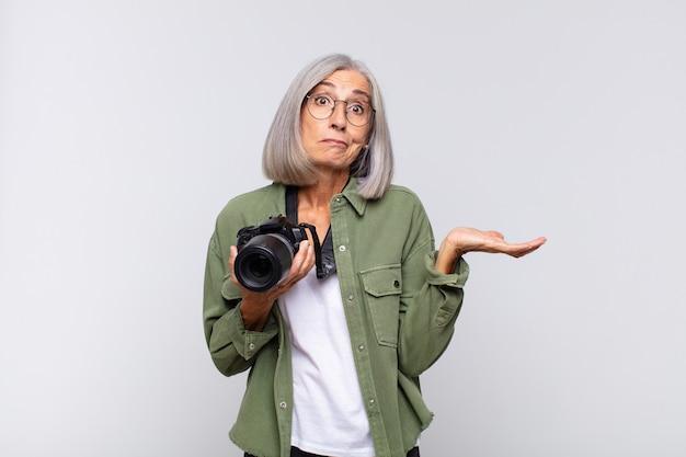 Starszy fotograf kobieta