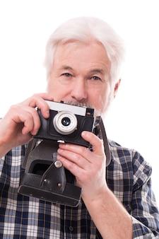 Starszy fotograf z aparatem retro
