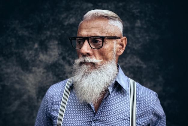 Starszy hipster ze stylowymi portretami brody