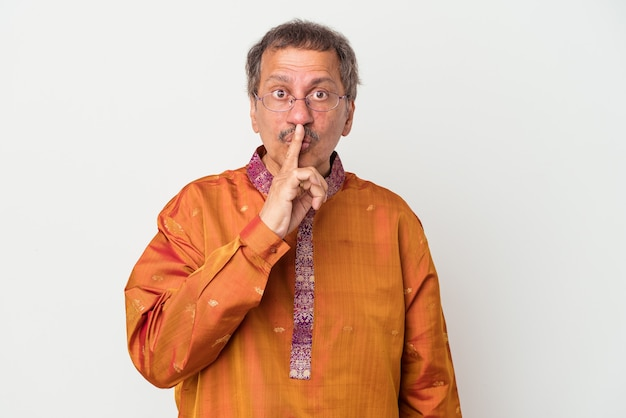 Starszy indianin ubrany w strój indyjski na białym tle dochowując tajemnicy lub prosząc o ciszę.