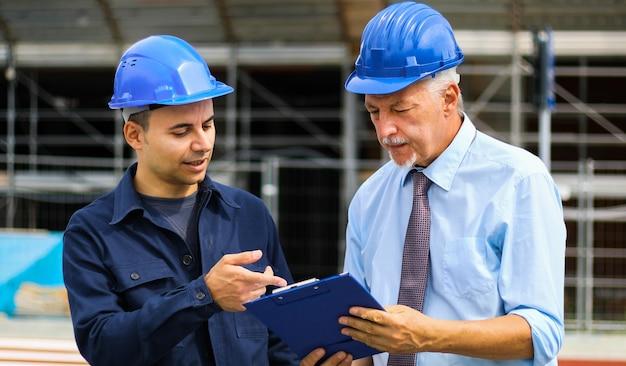 Starszy inżynier obwinia swojego kolegę za opóźnienie na budowie