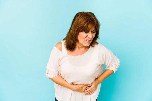 Starszy kaukaski kobieta na białym tle o ból wątroby, ból brzucha.