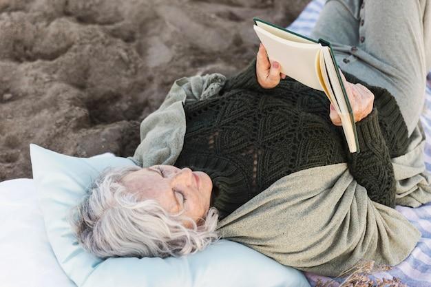 Starszy kobieta czytanie książki