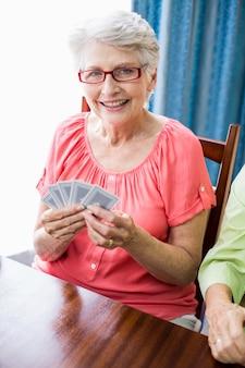 Starszy kobieta gra w karty