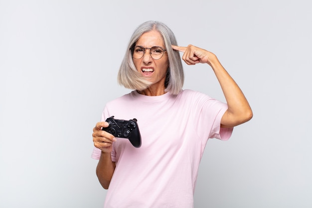 Starszy kobieta gra z kontrolerem