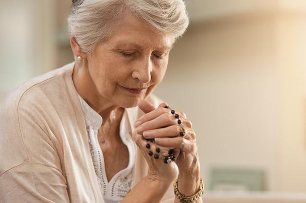 Starszy kobieta modli się