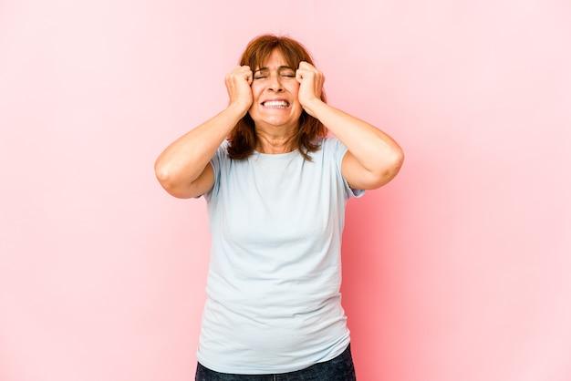 Starszy kobieta na białym tle płacze, niezadowolony z czegoś