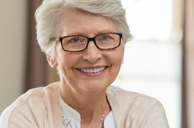 Starszy kobieta nosi okulary